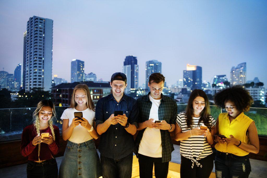 chat - jovens utilizando celulares