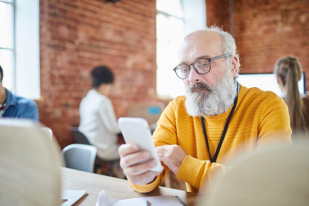 Growth Hacking metodologia - homem mais velho em ambiente de trabalho