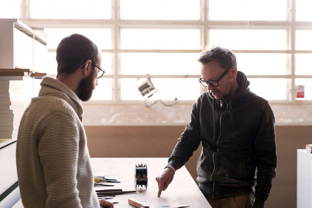 Customer Service: Dois homens brancos conversando